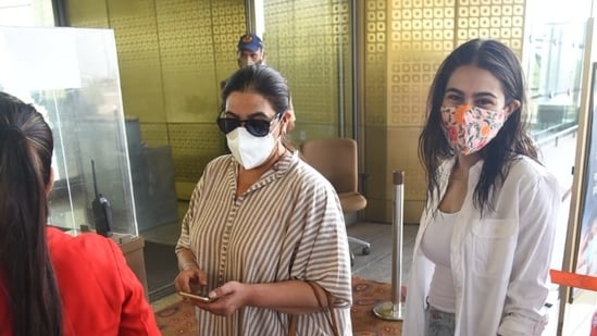 Sara Ali Khan with her mother Amrita Singh at the Mumbai airport.