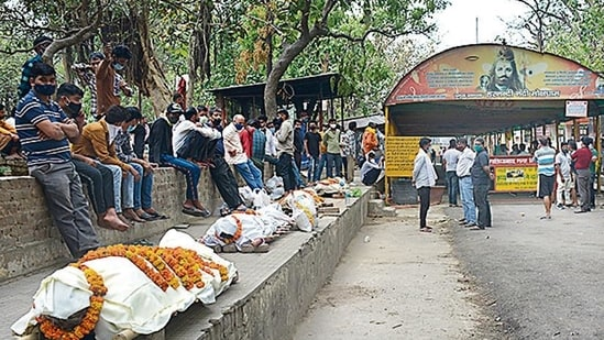 People waiting with bodies of their relatives outside the Hindon crematorium on Saturday.(Sakib Ali/HT photo)