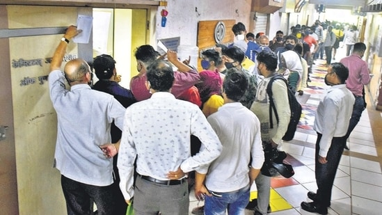 People queue up to buy Remdesivir at a store run by the Chemists Association of Pune District. (Kalpesh Nukte/HT PHOTO)