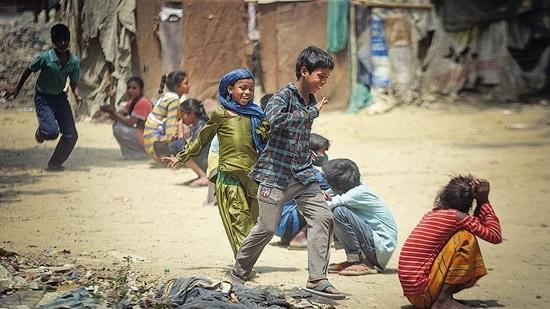 Children playing kho kho in a slum at Punjabi Bagh in New Delhi on Friday.(Sanchit Khanna/HT Photo)
