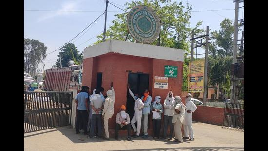 Farmers waiting for gate passes at Indri Grain Market in Karnal on Monday. (HT Photo)