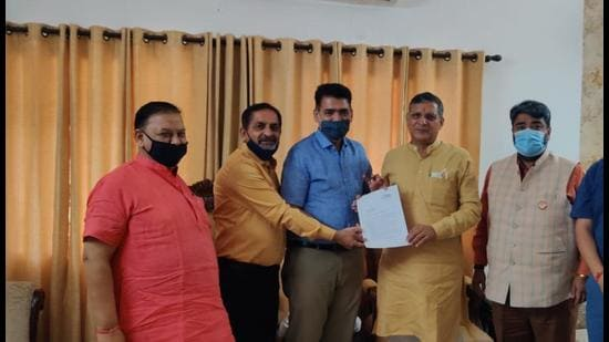 Members of Ambala private school bodies submitting a memorandum to Haryana education minister Kanwar Pal in Chandigarh on Tuesday. (HT Photo)