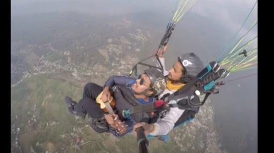 The image shows Rupesh Maity paragliding while singing Maa Tujhe Salaam.(Instagram/@rupeshmaity)