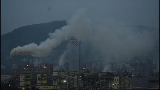 High level of air pollution coming out from industries in Mahul, Chembur in Mumbai. (HT file photo)