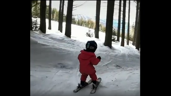 The image shows two-year-old skier named Adia Leidums.(Instagram/@thatmountainlife)