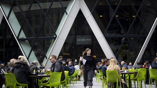 Diners outside one 30 St. Marys Axe, also known as The Gherkin, in London, UK. (Bloomberg)