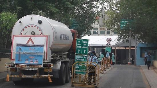 A truck carrying oxygen gas enters Sir Ganga Ram Hospital in New Delhi on Friday(AP Photo )