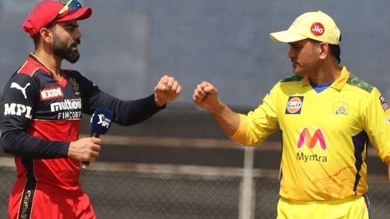 Virat Kohli and MS Dhoni ahead of the toss.(RCB/Twitter)