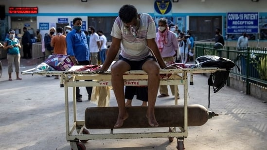 A patient suffering from the coronavirus disease (Covid-19) waits to get admitted outside the casualty ward at Guru Teg Bahadur hospital, amidst the spread of the disease in New Delhi, India, April 23, 2021.(REUTERS)