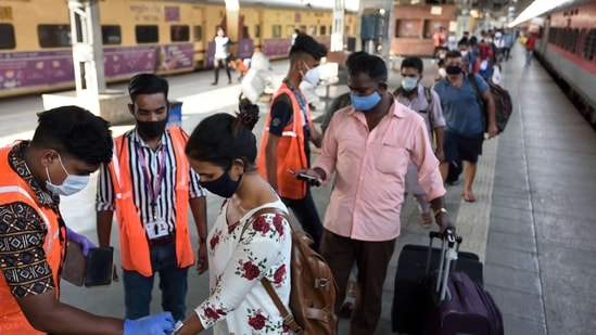 BMC health workers are seen marking quarantine stamp on travelers from Kerala to Mumbai amid rising Covid-19 cases.(Satish Bate/HT Photo)