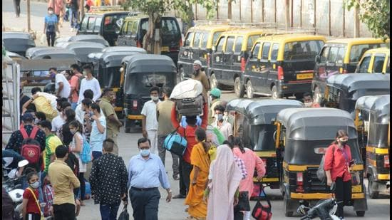 People leave for their native places during lockdown 2 imposed in Maharashtra, at Borivali railway station on April 25. (HT photo)