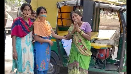 Family members of a Covid-19 victim taking the body to the cremation ground in an auto-rickshaw in Ludhiana on Monday. (HT Photo)