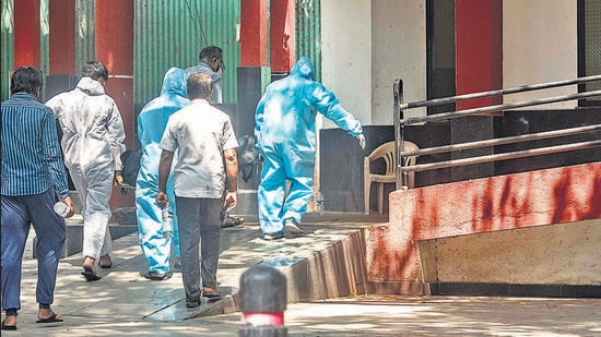 Workers in PPE kits take dead body of Covid-19 victim for cremation at Yerwada crematorium in Pune. (Pratham Gokhale/HT Photo)