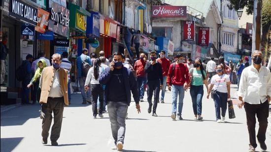 After two days of weekend lockdown, Shimla markets were seencrowdedagain on Monday. (Deepak Sansta/HT)