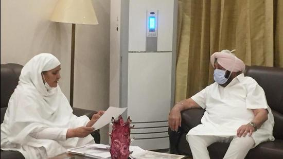 Punjab chief minister Captain Amarinder Singh in a meeting with SGPC president Bibi Jagir Kaur in Chandigarh on Tuesday. (HT Photo)