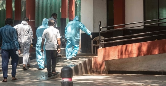 Workers in PPE kits take dead body of Covid-19 victim for cremation at Yerwada crematorium in Pune. ( Pratham Gokhale/Hindustan Times/For Representative Purposes Only)