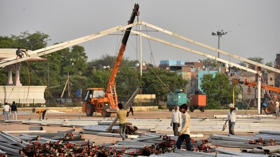 Workers preparation of 500 beds Covid-19 care centre at Ramlila Maidan, in New Delhi, India, on Tuesday, April 27, 2021. (Photo by Sanjeev Verma/ Hindustan Times)