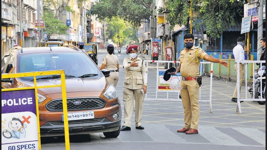 Police in action against violators on the deserted Bajirao road at Shanipar chowk in Pune. (HT PHOTO)