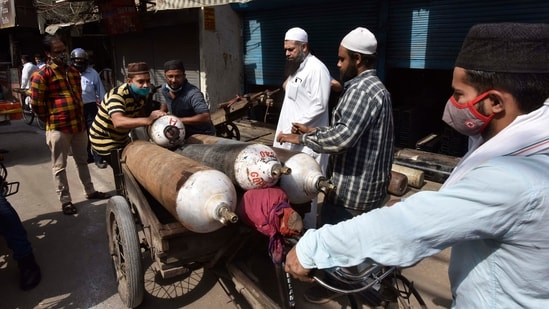 Free oxygen cylinders being distributed by some residents, for Covid-19 patients, at Anjuman Chowk in Delhi. Photo: Sanjeev Verma/HT (representational photo)(HT Photo)