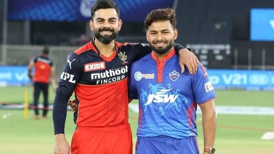 RCB captain Virat Kohli (L) poses with DC skipper Rishabh Pant for the toss(IPL)