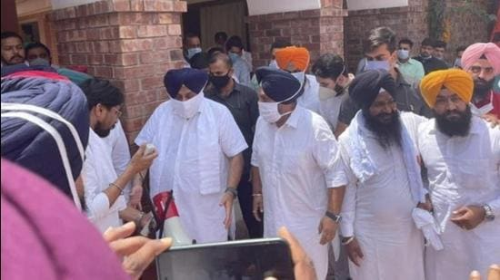 SAD president Sukhbir SIngh Badal had held a large political gathering of youth activists at his residence in Muktsar. Brar, the newly appointed head of SOI, SAD's student wing, had reached Sukhbir's residence with his supporters. (HT photo)