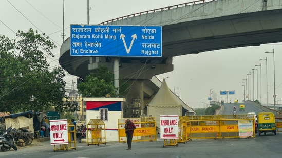 Delhi Police reserves a lane for ambulances and emergency vehicles, including oxygen tankers and cylinders, at Geeta Colony in New Delhi.(PTI)