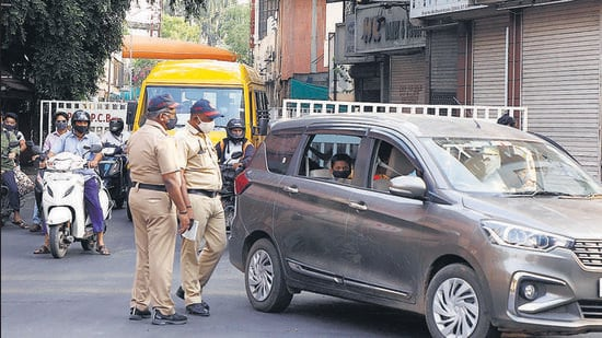 Police take action against violators at Camp area in Pune, on Wednesday. (Rahul Raut/HT PHOTO)