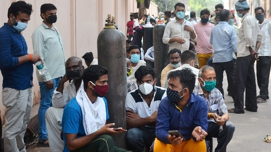 Relatives of Covid-19 patients wait in a queue to refill their oxygen cylinders outside Oudh Oxygen Refilling centre in Lucknow on Thursday. (ANI Photo)