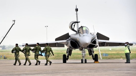 Prime Minister Narendra Modi has reviewed the military's preparations for Covid relief thrice this week in one-on-one meetings with the chief of defence staff, the Indian Air force chief and the army chief.(HT File Photo)