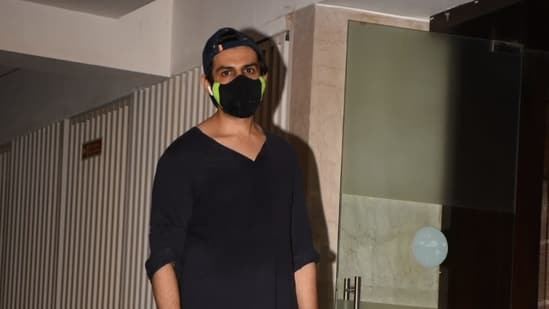 Kartik Aaryan is difficult to recognise in his mask. He was snapped at Juhu, Mumbai on Sunday.(Varinder Chawla)