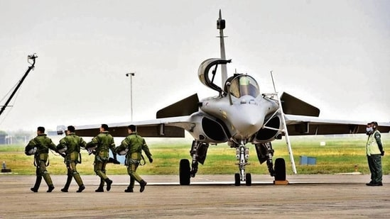 French manufacturer Dassault is expected to deliver all the 36 Rafale fighter jets within this year(HT photo)