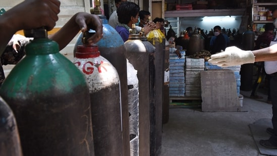 Indian Railways delivered 2,960 MT of liquid oxygen to states since April 19 in 185 tankers. In picture - People waiting at an oxygen cylinder refilling centre in New Delhi.(HT Photo )