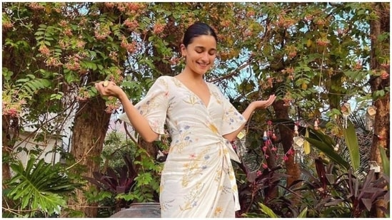 Alia Bhatt in dress worth <span class='webrupee'>₹</span>4.5k(Instagram/summersomewhereshop)