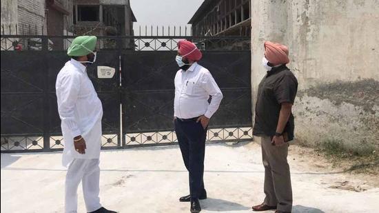 Khanna additional deputy commissioner Sakatar Singh Bal and other officials inspecting Suba Singh poultry farm at Kila Raipur village near Ludhiana on Saturday. (HT Photo)