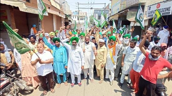 Members of the Bhartiya Kisan Union (Sidhupur faction) protesting against the Punjab government for imposing a weekend lockdown to check the spread of Covid-19 at Goniana Mandi in Bathinda district on Saturday. (Saneev Kumar/HT)