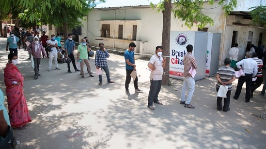 A long queue of people waiting for Covid-19 tests at SMS Hospital, in Jaipur, Rajasthan.(HT photo)