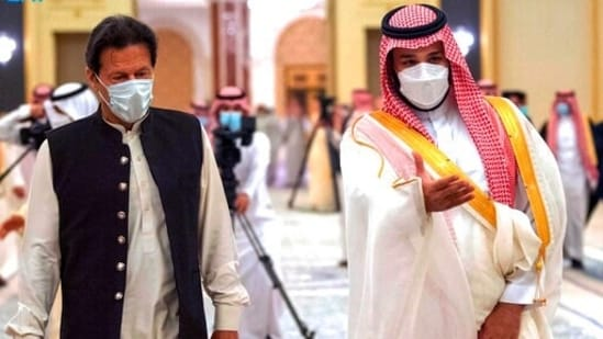 """The joint statement said the Saudi crown prince """"welcomed the recent understanding reached between the military authorities of Pakistan and India regarding ceasefire at the Line of Control (LoC)."""" In picture - Saudi Crown Prince Mohammed bin Salman (right) and Pakistan's Prime Minister Imran Khan.(AP)"""