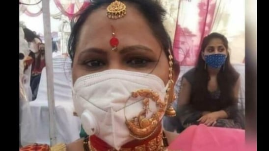 The image shared by IPS officer Dipanshu Kabra shows the woman wearing the piece of jewelry over a mask.(Twitter@ipskabra)