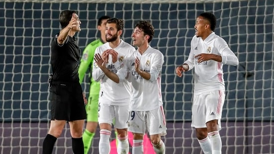 Real Madrid players argue with the referee during the Spanish La Liga soccer match between Real Madrid and Sevilla.(AP)