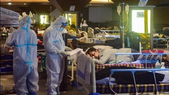 New Delhi: Health workers inspect COVID-19 patients undergoing treatment at Shehnai Banquet Hall, converted into an isolation centre amid surge in coronavirus cases, near LNJP Hospital in New Delhi, Wednesday, May 5, 2021. (PTI Photo/Kamal Kishore) (PTI05_05_2021_000133B) (PTI)