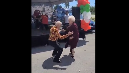 The image shows the elderly couple dancing.(Twitter@fred035schultz)