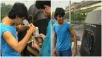 Aamir Khan and Raj Zutshi sticking Qayamat Se Qayamat Tak posters on autos in Mumbai.