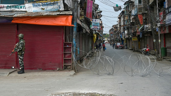 A CRPF personnel stands guard during lockdown imposed in Jammu and Kashmir by administration to contain the surge in Covid-19 cases, in Srinagar.(PTI)