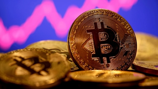 A representation of virtual currency Bitcoin is seen in front of a stock graph in this illustration taken January 8, 2021. File Photo / REUTERS(REUTERS)