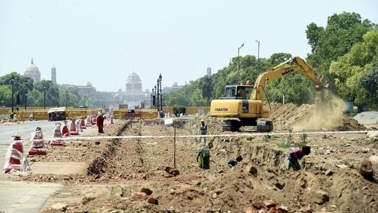 Construction work underway on the Central Vista redevelopment project at Rajpath in New Delhi.(Arvind Yadav/HT PHOTO)