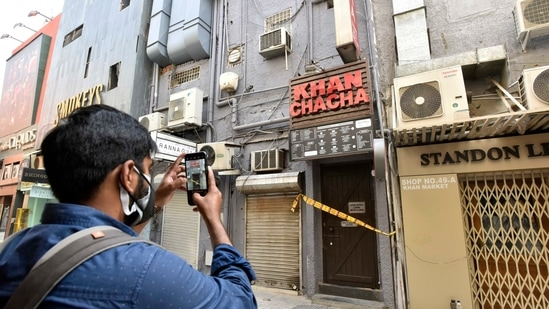 Delhi Police sealed Khan Chacha restaurant after oxygen concentrators and other medical supplies being black marketted were seized from here in Khan Market, in New Delhi.(Sanjeev Verma/HT PHOTO)