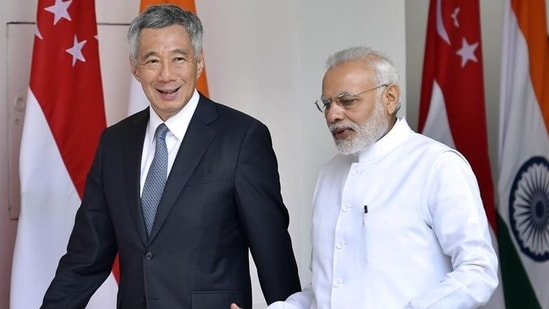 Prime Minister Narendra Modi with Singapore PM Lee Hsien Loong.(Ajay Aggarwal/HT File Photo)