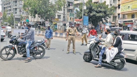 Police officials take action against violaters in Kondhwa, on Friday. (Rahul Raut/HT PHOTO)
