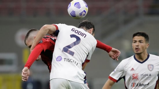 Cagliari's Diego Godin, right, goes for the header with AC Milan's Ante Rebic.(AP)