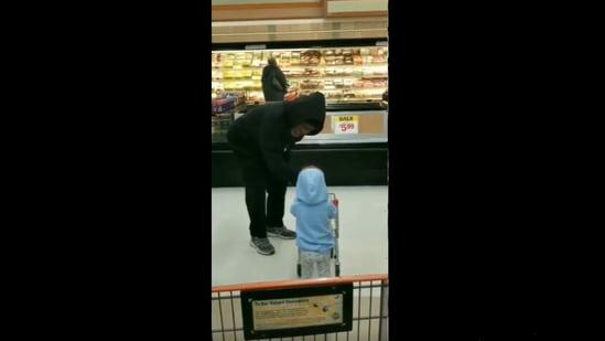 The elderly man interacting with the little kid. (Reddit/UnironicThatcherite)